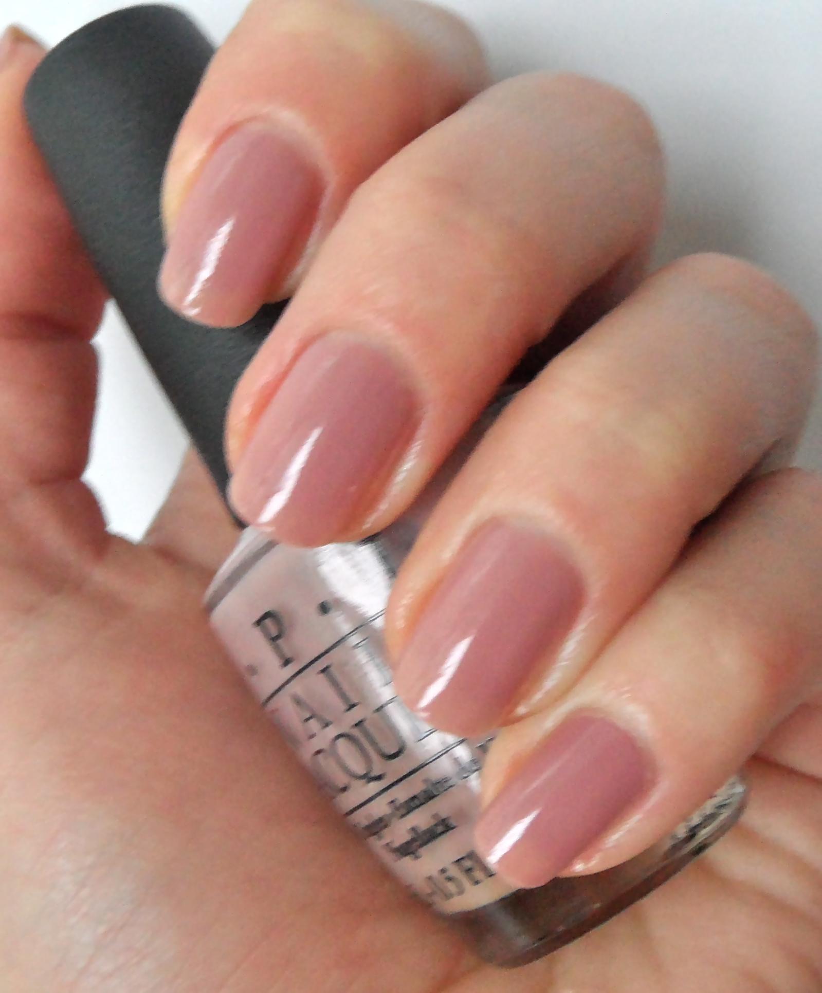 Нюдовый оттенок лака для ногтей
